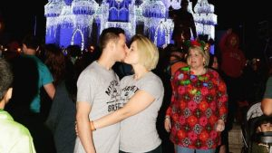 Image of kissing couple photobomb