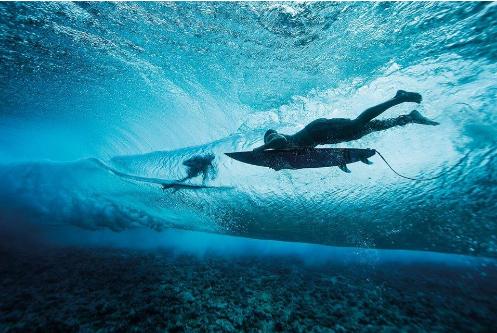 Kelly Slater Photobombs Surfer